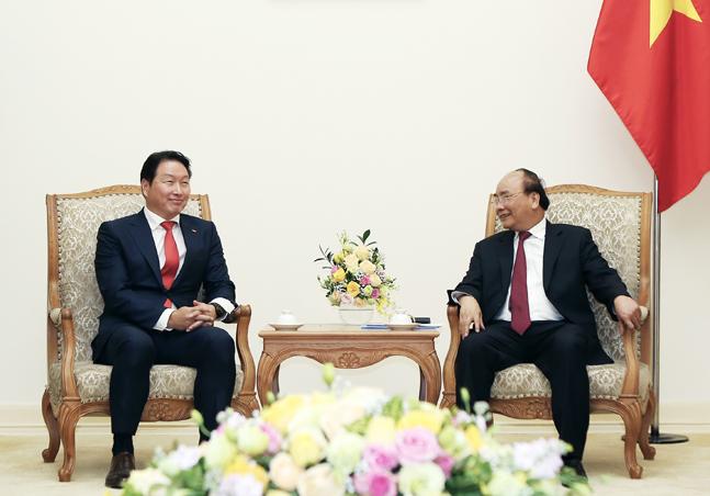 최태원 SK 회장이 8일 베트남 하노이시 총리 공관에서 응웬 쑤언 푹(Nguyen Xuan Phuc) 베트남 총리와 면담을 하고 있다. ⓒSK