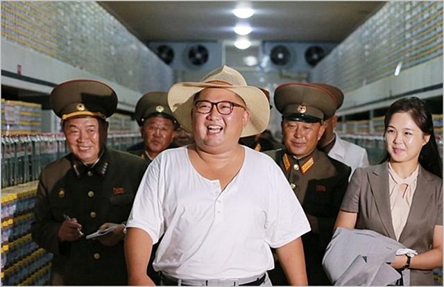 김정은 북한 국무위원장이 지난 8월 흰색 티셔츠에 밀짚모자의 소탈한 차림으로 금산포 젓갈가공 공장을 시찰하고 있다. ⓒ조선중앙통신