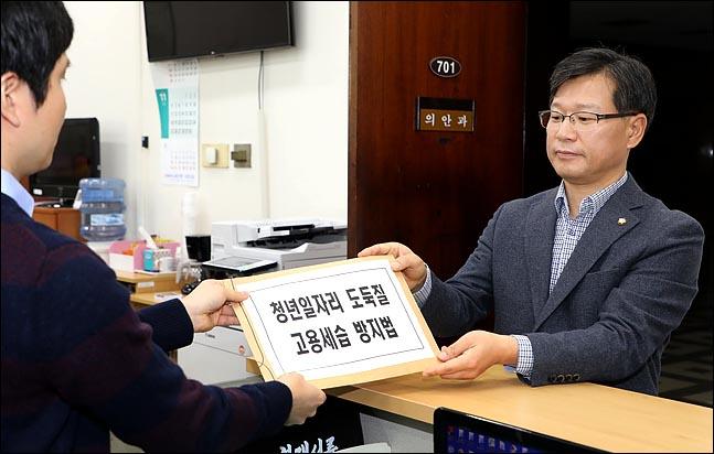 이양수 자유한국당 원내대변인이 9일 서울교통공사의 '채용비리 의혹'과 관련해 당론으로 발의한 '청년일자리 도둑질 고용세습 방지법'을 국회 의안과에 제출하고 있다. ⓒ데일리안 박항구 기자