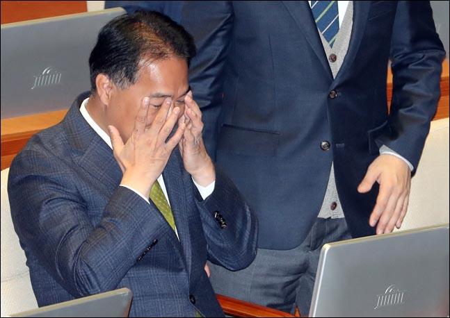음주운전으로 적발된 이용주 민주평화당 의원이 1일 오전 국회 본회의장에서 열린 문재인 대통령 2019년도 예산안에 대한 시정연설에 참석해 얼굴을 만지고 있다.(자료사진) ⓒ국회사진취재단