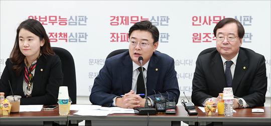 김성원, 강효상 의원 등 자유한국당 초선 의원들이 간담회에서 인사말을 하고 있다(자료사진). ⓒ데일리안 홍금표 기자