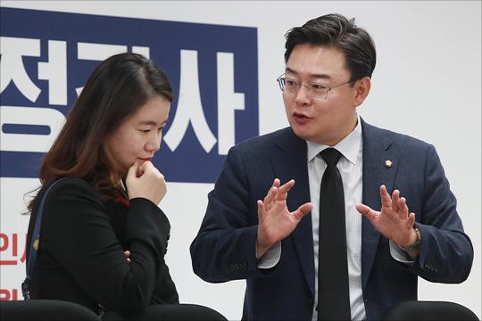 김성원 의원과 신보라 의원이 자유한국당 초선 의원 모임에 앞서 대화를 나누고 있다(자료사진). ⓒ데일리안 홍금표 기자