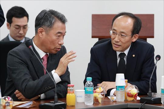 정종섭, 추경호 의원이 자유한국당 초선 의원 모임에서 뭔가를 논의하고 있다(자료사진). ⓒ데일리안 홍금표 기자