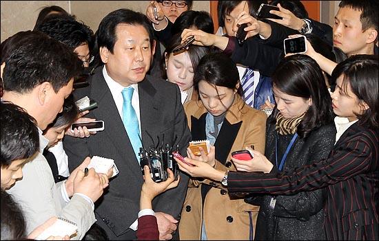 """김무성 자유한국당 의원(사진)은 13일 오전 의원회관에서 토론회를 마친 뒤 취재진과 만나 """"원내대표 경선은 이미 결과가 정해져 있다고 생각한다""""고 밝혔다. ⓒ데일리안 박항구 기자"""