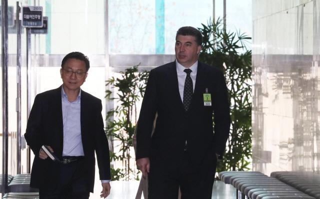 카허 카젬(오른쪽) 한국GM 사장이 12일 홍영표 더불어민주당 원내대표를 만나기 위해 국회 본청 원내대표실로 들어가고 있다.ⓒ연합뉴스
