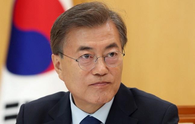 싱가포르를 방문 중인 문재인 대통령은 15일(현지시각) 마이크 펜스 미국 부통령과 마주 앉는다. 이번 만남에서 대북제재 완화와 관련해 노선 차이를 드러낸 문 대통령과 트럼프 행정부 간 간극을 좁힐 수 있을 지 주목된다. ⓒ청와대