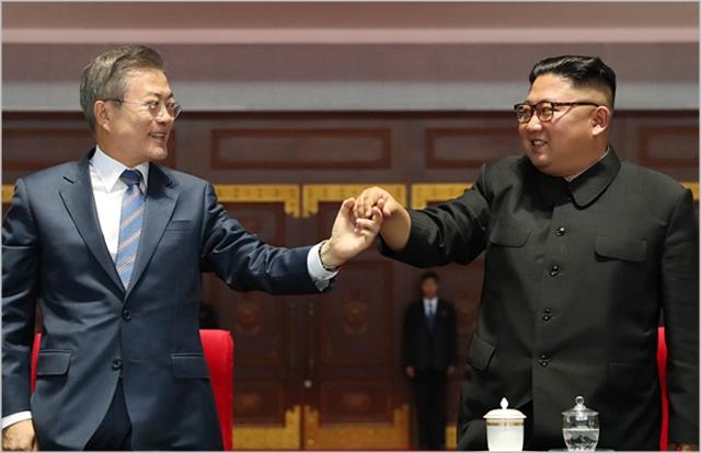 문재인 대통령(왼쪽)과 김정은 북한 국무위원장 ⓒ평양사진공동취재단