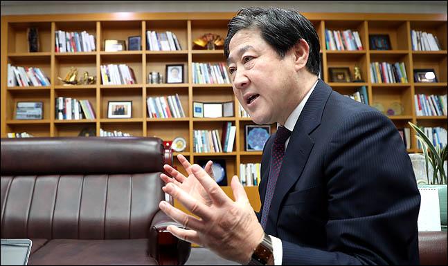 유기준 자유한국당 의원(사진)은 15일 빨리 전당대회를 열어 새로운 지도부를 구성해 국민들에게 미래에 대한 희망의 메시지를 내놓아야 한다고 주장했다. ⓒ데일리안 박항구 기자