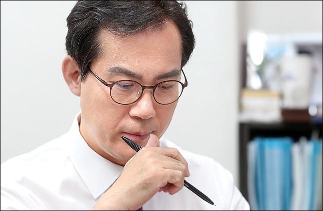 내달 치러질 자유한국당 원내대표 경선에서 돌풍을 예고하고 있는 3선의 김영우 의원이 15일 자신의 의원회관 사무실에서 인터뷰를 가지며, 마크롱·트뤼도처럼 당의 면모를 일신하겠다는 의지를 천명하고 있다. ⓒ데일리안 박항구 기자