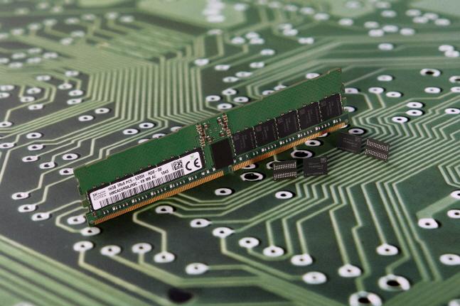 SK하이닉스가 개발한 2세대 10나노급(1y) DDR5 D램.ⓒSK하이닉스