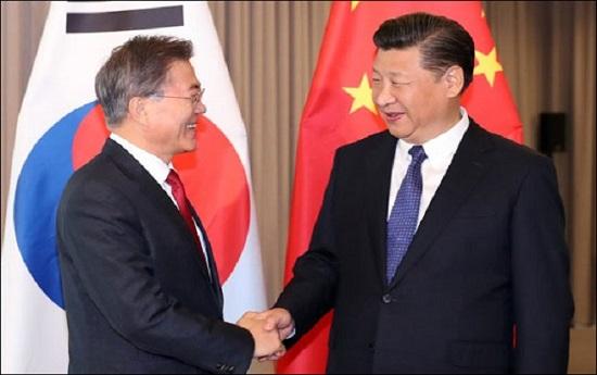 문재인 대통령과 시진핑 중국 국가주석이 2017년 7월 6일 오전(현지시각) 베를린 인터콘티넨탈 호텔에서 열린 한-중 정상회담에서 악수하고 있다. ⓒ연합뉴스