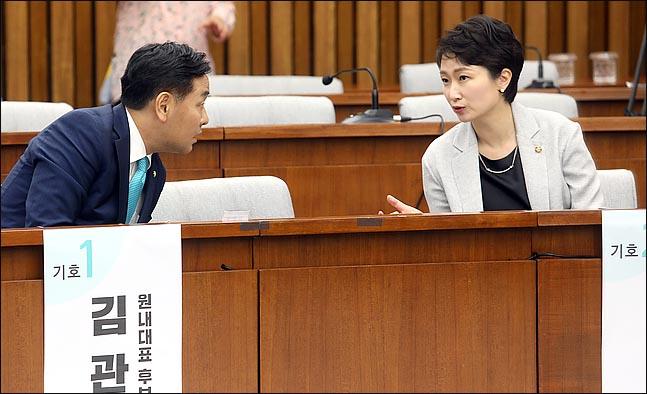 바른미래당 원내대표에 도전하는 김관영, 이언주 의원이 25일 국회에서 원내대표 선출을 위해 열린 의원총회에서 대화를 나누고 있다.(자료사진) ⓒ데일리안 박항구 기자