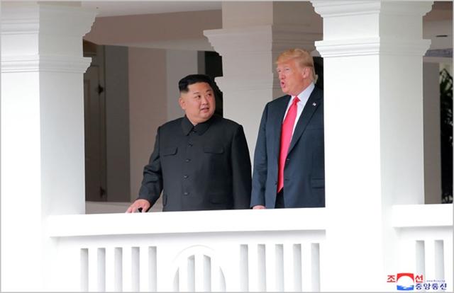 김정은 북한 국무위원장(왼쪽)과 도널드 트럼프 미국 대통령이 회동하고 있다. ⓒ조선중앙통신