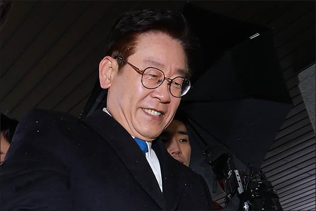 이재명 경기도지사가 지난 24일 쓴웃음을 지으며 수원지방검찰청 성남지청으로 출석하고 있다. ⓒ데일리안 류영주 기자