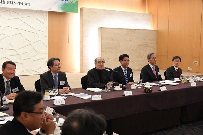최정우 포스코 회장(오른쪽 세번째)이 29일 서울 팔래스호텔에서 열린