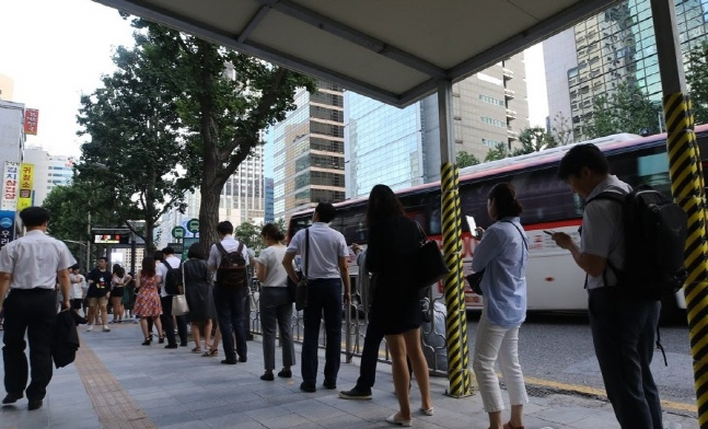 주52시간 근무제를 시행한지 한달이 지난 지난 7월 오후6시가 넘는 시간 종각역 인근 버스정류장에 퇴근길에 오른 시민들이 버스를 기다리고 있다. ⓒ 연합뉴스