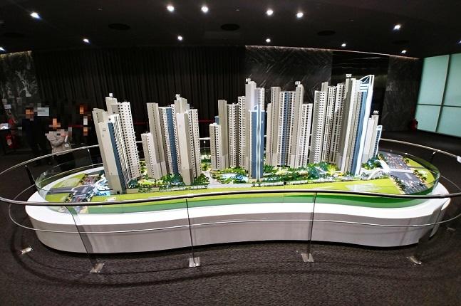 서울 서초구 삼호가든맨션3차를 재건축하는 '디에이치 라클라스' 견본주택에 방문객들이 단지 모형도를 둘러보고 있다.ⓒ데일리안 원나래기자