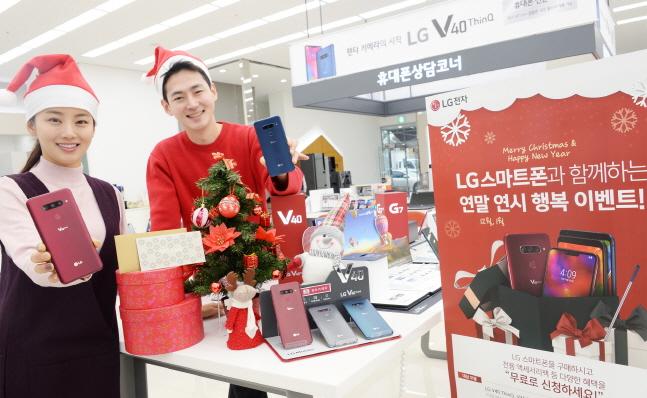 4일 모델이 서울 영등포구에 위치한 하이프라자 양평점에서 LG 스마트폰 구매혜택을 소개하고 있다. ⓒ LG전자
