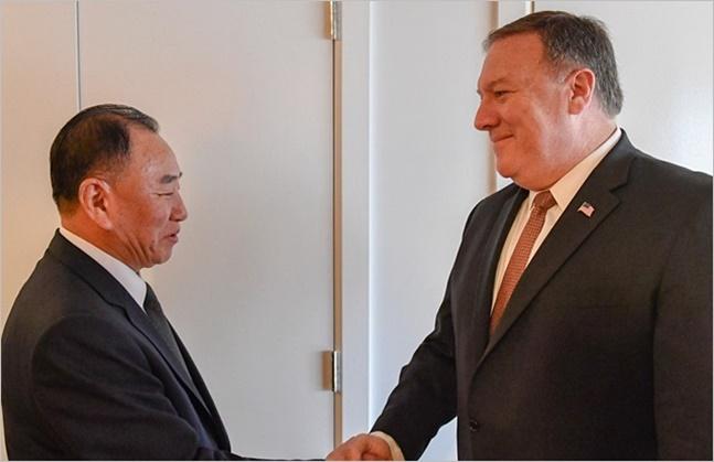 마이크 폼페이오 미국 국무장관과 김영철 북한 노동당 부위원장 겸 통일전선부장이 뉴욕에서 회담하고 있다.(자료사진) ⓒ마이크 폼페이오 트위터 캡처