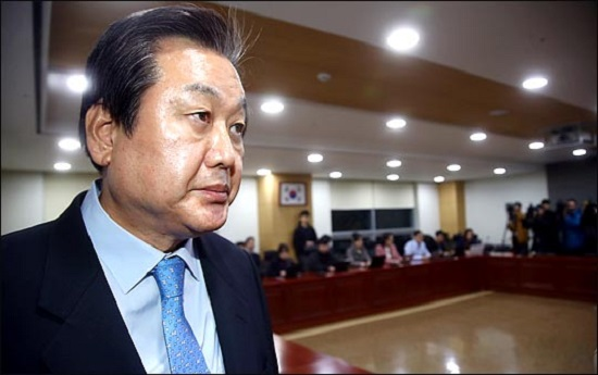김무성 자유한국당 의원이 지난 2016년 11월 의원회관에서 전격적으로 차기 대선 불출마선언을 한 뒤 발걸음을 옮기고 있다(자료사진). ⓒ데일리안 박항구 기자