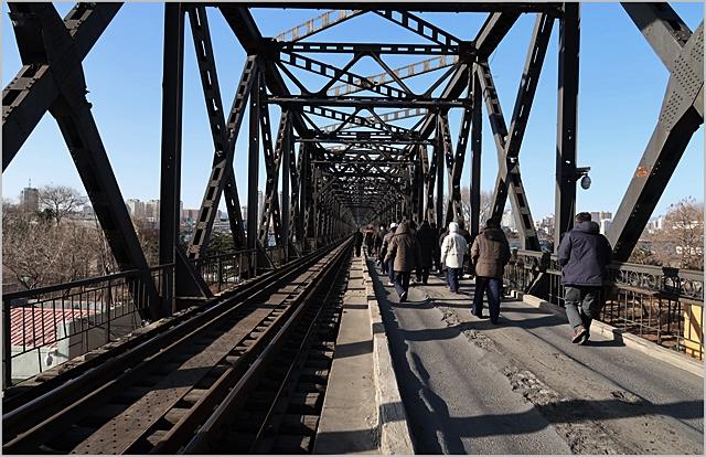 남북 철도 공동조사단이 북한 신의주-단둥 국경지역의