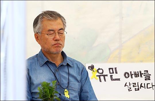문재인 대통령이 당시 새정치민주연합 의원이었던 2014년 8월 25일 오전 서울 종로구 광화문 광장에 마련된 세월호 유가족 단식 농성장에서 세월호 특별법 제정을 촉구하며 7일째 단식 농성을 하고 있는 모습. ⓒ데일리안