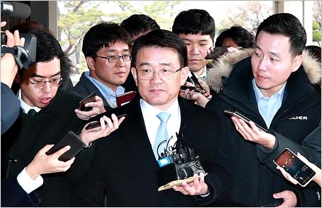 이재수 전 기무사령관이 지난달 27일 검찰 조사를 받기 위해 서울중앙지검으로 출석하고 있다. ⓒ연합뉴스