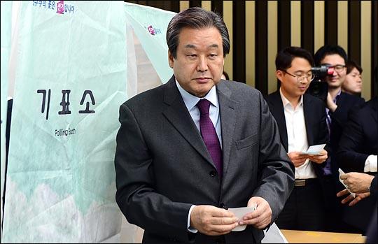 김무성 자유한국당 의원이 지난 2016년 12월 새 원내대표 선출을 위한 의원총회에서 기표를 마친 뒤, 기표소를 나서고 있다(자료사진). ⓒ데일리안
