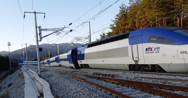 8일 오전 7시 35분 쯤 강원 강릉시 운산동에서 서울행 KTX 열차가 탈선했다. 열차 10량 중 앞 4량이 선로를 벗어났으며 열차에는 모두 198명이 타고 있었다. ⓒ강원도 소방본부