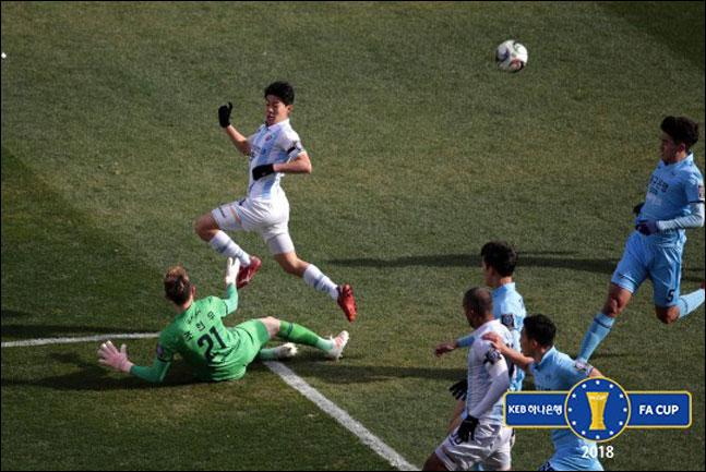 조현우가 한승규의 결정적인 슈팅을 막아내고 있다. ⓒ 대한축구협회