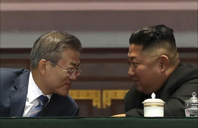 9월 19일 평양 5.1경기장에서 문재인 대통령과 김정은 국무위원장이 대집단체조와