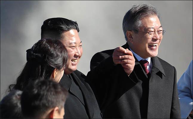9월 20일 문재인 대통령과 김정은 국무위원장이 백두산 정상인 장군봉에 올라 손을 맞잡아 들어올리고 있다. ⓒ평양사진공동취재단