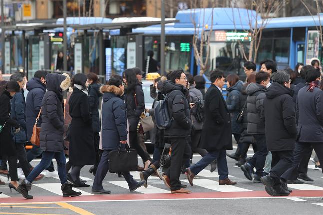 서울 광화문사거리에서 시민들이 강하게 부는 바람과 추위에 출근길 발걸음을 재촉하고 있다. (자료사진)ⓒ데일리안 홍금표 기자