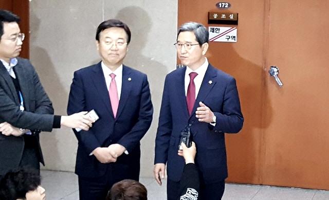 자유한국당 김학용 원내대표 후보와 김종석 정책위의장 후보가 9일 오전 국회에서 기자회견을 한 뒤, 취재진의 질문에 답하고 있다. ⓒ김종석 의원실 제공