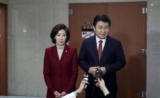자유한국당 나경원 원내대표 후보와 정용기 정책위의장 후보가 9일 오후 국회에서 기자회견을 한 뒤, 취재진의 질문에 답하고 있다. ⓒ정용기 의원실 제공