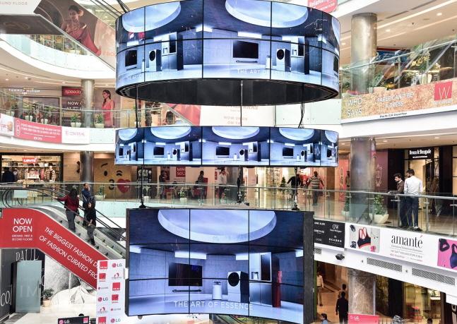 LG전자가 인도 델리 최대 쇼핑센터인 엠비언스몰 바산트쿤즈에 설치한 LG 올레드 사이니지.ⓒLG전자