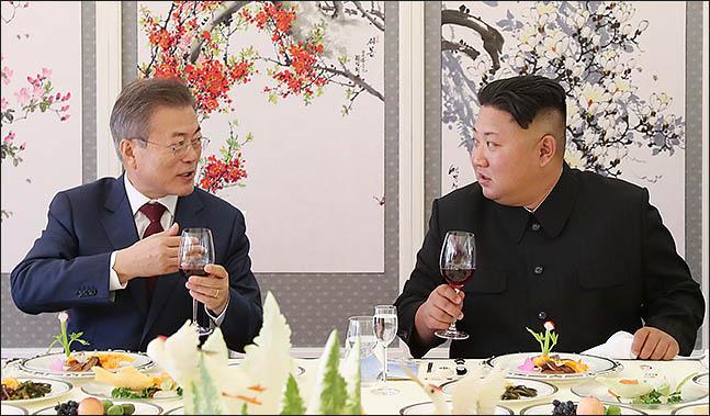 문재인 대통령과 김정은 북한 국무위원장이 9월 20일 삼지연초대소에서 오찬을 하고 있다. ⓒ평양사진공동취재단