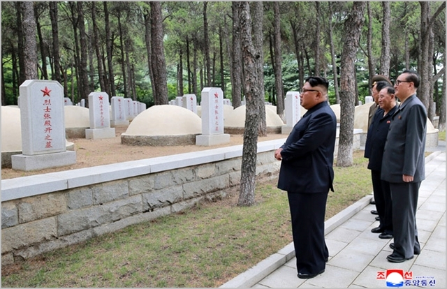 김정은 북한 국무위원장이 지난 7월 27일 전승절 65주년을 맞아 중국인민지원군 묘지를 참배하고 있다. ⓒ조선중앙통신