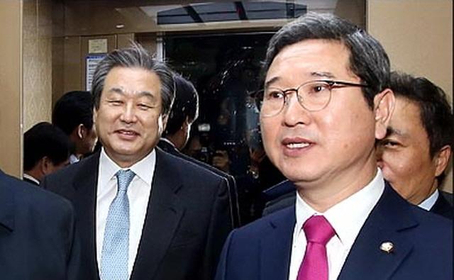 김학용 자유한국당 의원(사진 오른쪽)이 원내대표 경선에서 승리할 경우, 김 의원이 예고한대로 전당대회 불출마로 입장을 정리한 김무성 의원(왼쪽)이 정치력을 유지해가는 가운데 전당대회에서도 비박계가 유리한 흐름이 형성될 것으로 점쳐진다. ⓒ데일리안 박항구 기자