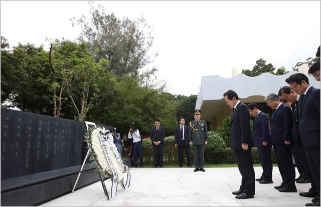지난해 8월 정세균 전 국회의장 등 국회 대표단이 미얀마 아웅산 국립묘지에 들러 대한민국 순국사절 추모비에 참배하고 있다. ⓒ연합뉴스