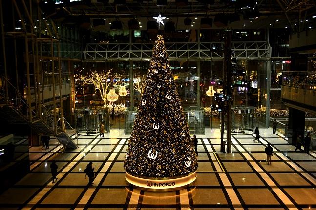 연말을 맞아 서울 대치동 포스코센터 로비에 마련된 크리스마스 트리 ⓒ포스코