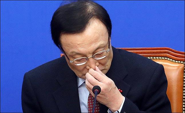 이해찬 더불어민주당 대표가 12일 오전 국회에서 열린 최고위원회의에서 발언을 마친뒤 얼굴을 만지고 있다. ⓒ데일리안 박항구 기자