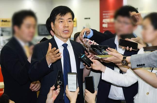 취재진 질문에 답하고 있는 김태한 바이오로직스 대표. ⓒ삼성바이오로직스