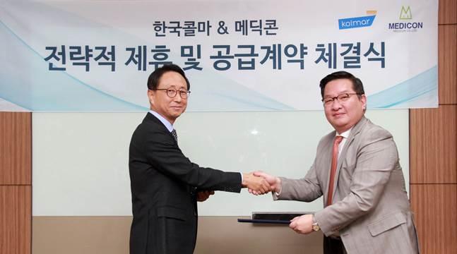 한국콜마 이호경 사장(오른쪽)이 ㈜메딕콘 하동훈 대표와 에스테틱 디바이스 공급계약 체결을 하고 있다. ⓒ한국콜마