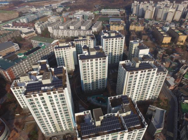 주택 태양광 대여사업으로 한화큐셀 큐피크 모듈을 설치한 서울시 중랑구 망우동 중랑숲리가 아파트.ⓒ한화큐셀