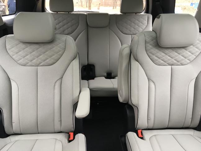 팰리세이드 실내공간. 2열 좌석은 독립식 구조라 편안하고 3열로 드나들기도 편리하다. 3열에도 충분한 레그룸이 제공된다.ⓒ데일리안 박영국 기자