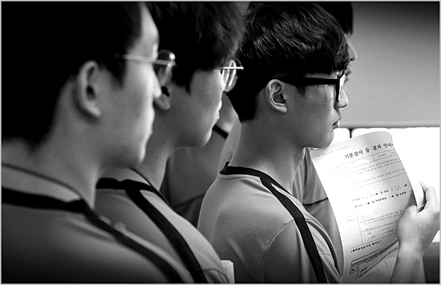 서울지방병무청 제1병역판정검사장에서 병역판정대상자들이 자신들의 판정 순서를 기다리고 있다 (자료사진) ⓒ연합뉴스