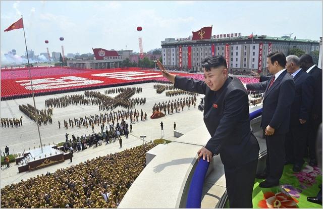 김정은 북한 국무위원장이 대규모 열병식에 참석하고 있다 ⓒ조선중앙통신