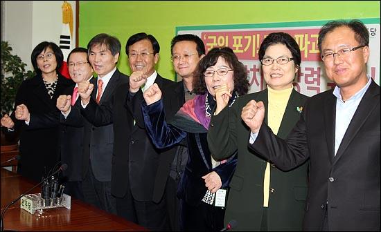 지난 2011년 12월 민주당과 시민통합당의 합당으로 출범한 임시 지도부에 참여하고 있는 유시춘 EBS 이사장의 모습. 사진 오른쪽에서 세 번째이며, 원혜영 의원으로부터 오른쪽으로 두 번째에 있는 인물이다. ⓒ데일리안 박항구 기자
