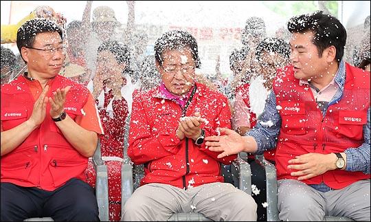 홍준표 자유한국당 전 대표가 지난해 7·3 전당대회에서 당대표로 선출된 직후, 원유철·신상진 의원으로부터 축하를 받고 있다. ⓒ데일리안 박항구 기자